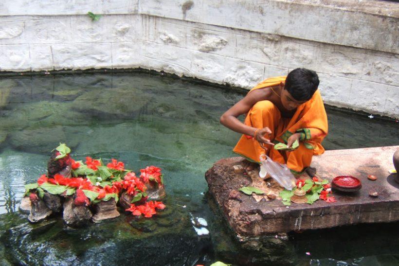 Brahmana_performing_puja_Taptapani_Orissa