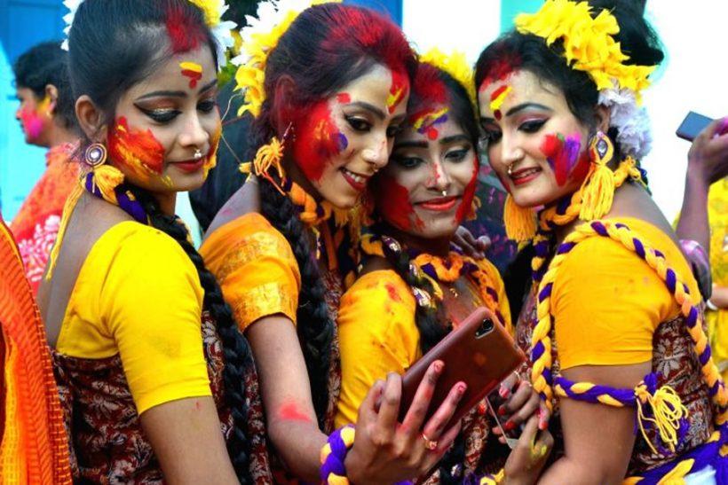 balurghat-girls-take-a-selfie